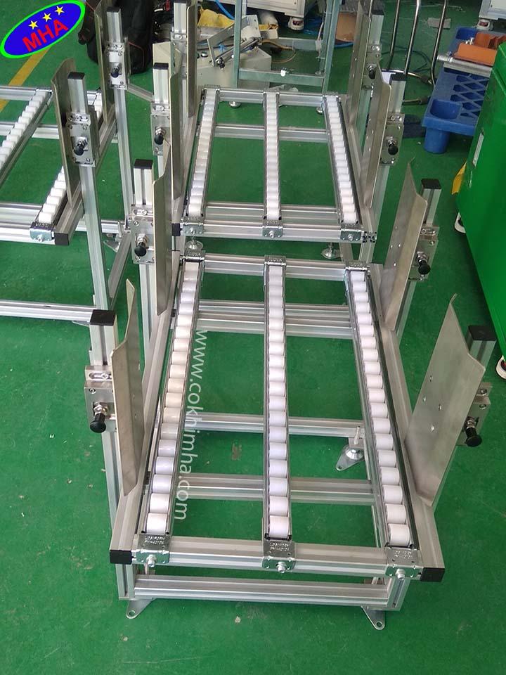 Băng chuyền con lăn nhựa cung cấp hàng vào dây chuyền sản xuất